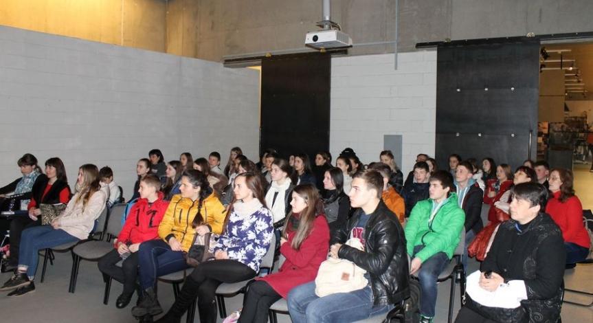 Powiększ obraz: Młodzież z Ukrainy upamiętniła pomordowanych Żydów