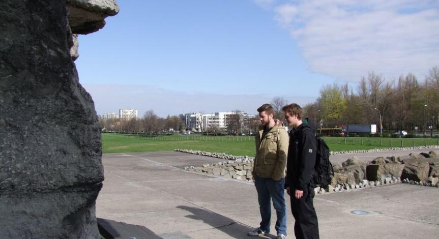 Praktykanci z Daimler AG w Muzeum na Majdanku