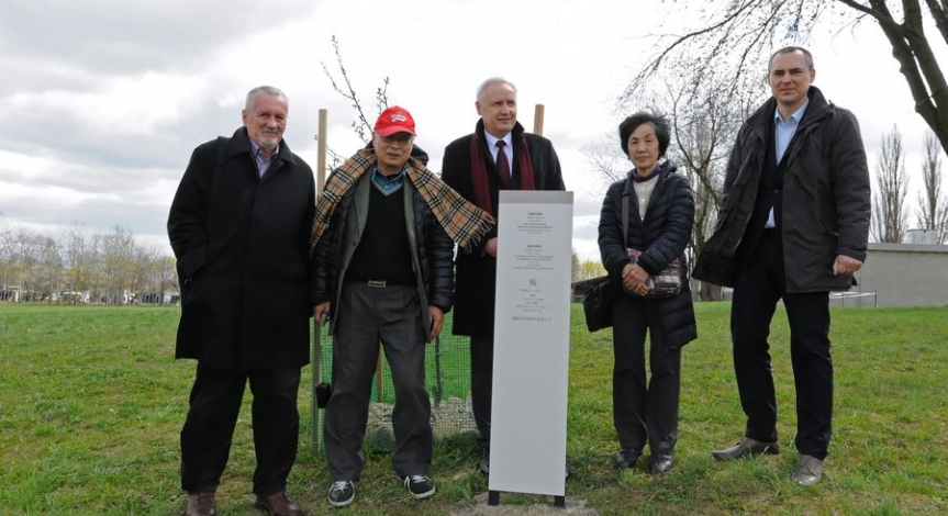 Powiększ obraz: Japanese delegation at Majdanek
