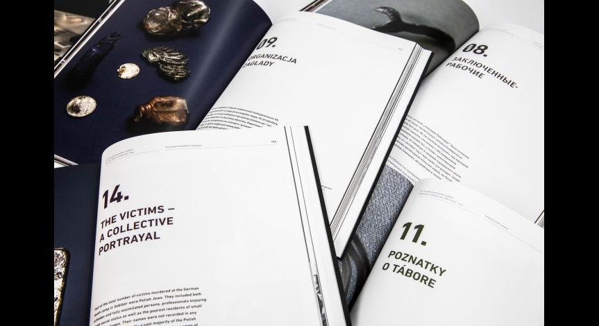Siedem wersji językowych katalogu wystawy stałej