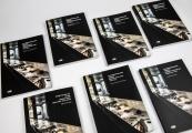 Pokaż powiększenie powyżej: Siedem wersji językowych katalogu wystawy stałej