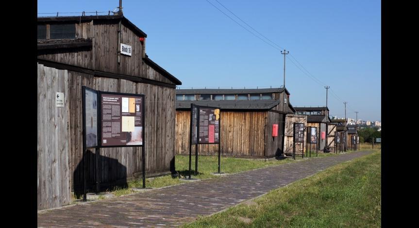 """Powiększ obraz: Wystawa """"Przybyli do getta... Odeszli w nieznane..."""" na III polu więźniarskim, 22 lipca 2012"""