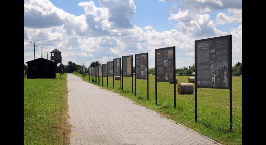 """Powiększ obraz: Wystawa """"Przybyli do getta... Odeszli w nieznane..."""" między IV a V polem więźniarskim, 2014"""