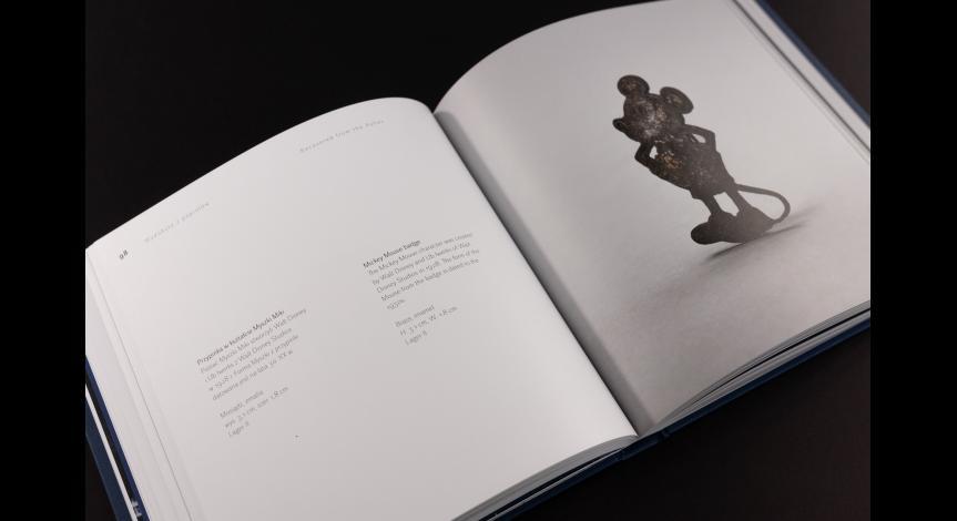"""Powiększ obraz: """"Wydobyte z popiołów"""" – najnowszy album Państwowego Muzeum na Majdanku prezentuje 100 fotografii przedmiotów osobistych ofiar niemieckiego obozu zagłady w Sobiborze"""