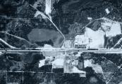 Pokaż powiększenie powyżej: Zdjęcie lotnicze wykonane przez Luftwaffe 28 maja 1944 r. Widoczne są na nim resztki zabudowań poobozowych